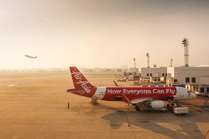 Avión de Air Asia en el aeropuerto Don Muang en Bangkok