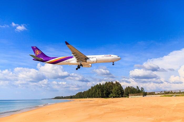 Avión de Thai Airways aterrizando en Phuket
