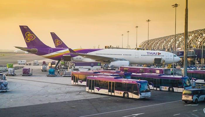 Avión de Thai Airways en el aeropuerto de Suvarnabhumi