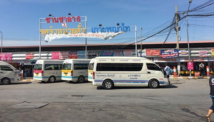 Furgonetas en la estación de autobuses Mo Chit en Bangkok