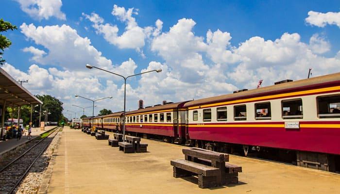 Tren en el camino de Bangkok a Ayutthaya