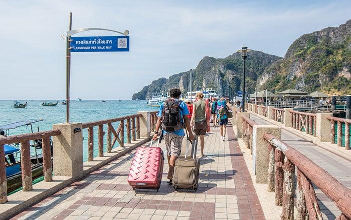 Viajeros caminando hacia el ferry en el puerto Tonsai, Ko Phi Phi Don