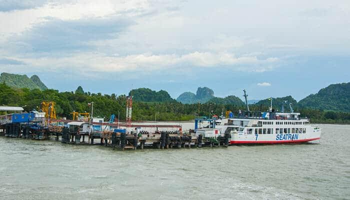 Al puerto de ferris de Seatran se llega en autobús desde Surat Thani