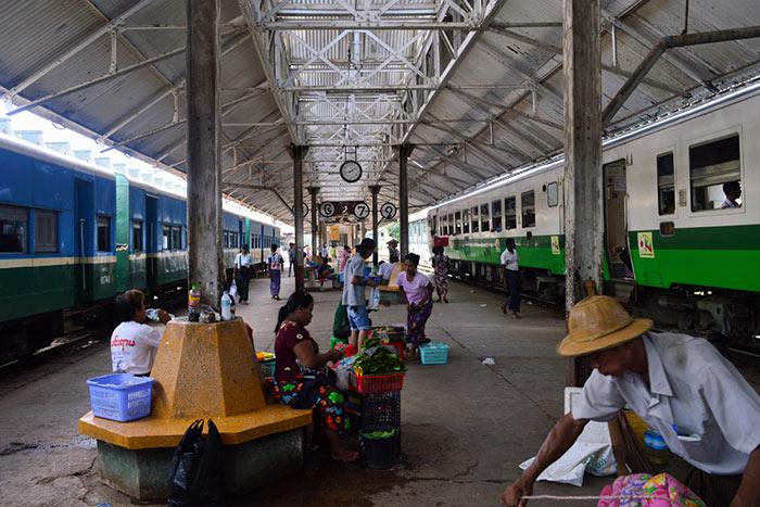 Tren de Rangún a Bagan